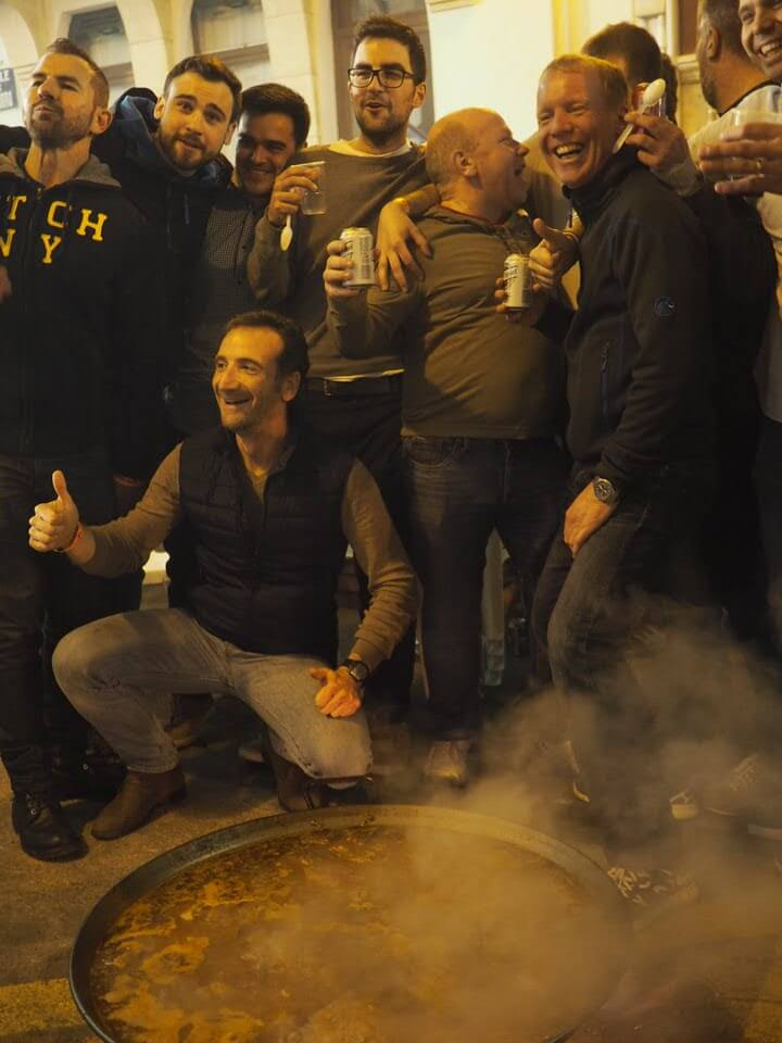 Las Fallas paella men